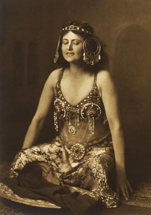 Oopperalaulaja Hanna Granfelt Richard Straussin Salomena.