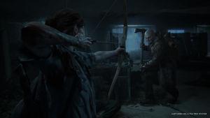 Ellie taistelee jousella kirvestä heiluttavaa vastustajaa vastaan.