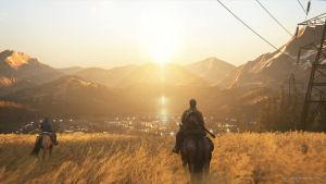 Kaksi ratsastajaa pellolla auringonlaskussa.