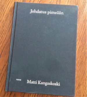 """Pärmen till Matti Kangaskoskis lyrikverk """"Johdatus pimeään""""."""