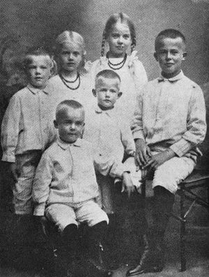 Säveltäjä Taneli Kuusisto ja sisaruksensa 1910-luvulla.