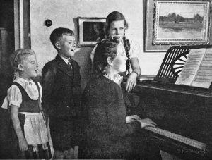 Ilkka Kuusisto ja sisarensa Anja ja Irmeli laulavat äidin Kyllikki Kuusiston säesätämänä vuonna 1942.