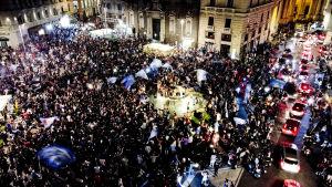 Napolifans firar cupseger på torg.