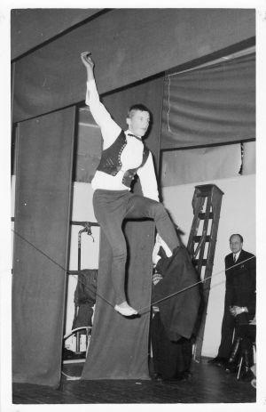 Aimo Leikas går på lina år 1966.