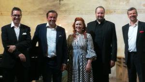 Neljä oopperalaulajaa ja pianisti Lohjan kirkossa kesäkuussa 2020.