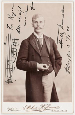 Viulutaiteilija Willy Burmester 1890-luvun ateljee-kuvassa. Omistuskirjoitus rva Kajanukselle 12.3.1898.