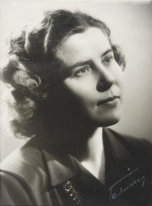 Anna Mutanen ateljee-kuvassa 1940-luvulla.