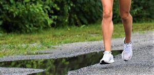 Nina Chydenius fötter joggar.