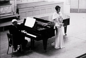 Altto Marian Anderson ja pianisti Kosti Vehanen konserttilavalla.
