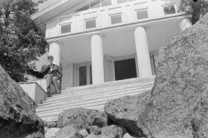 Pianisti Kosti Vehanen huvilansa portailla Kustavissa 1950-luvulla.