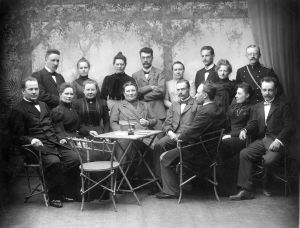 Suomalaisen Yhteiskoulun opettajia 1901. Alarivissä toinen vasemmalta Maikki Vehanen, pianisti Kosti Vehasen äiti, Alli Nissinen ja Lucina Hagman, johtajatar 1899-1935.
