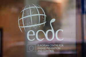 Bokstäverna ECDC på ett fönster och texten European Centre for Desease prevention and Control