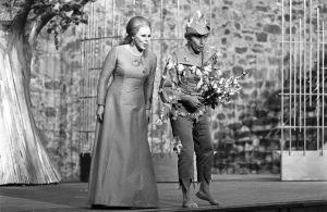 Taru Valjakka ja Matti Lehtinen Savonlinnan Oopperajuhlien Taikahuilussa 1973.