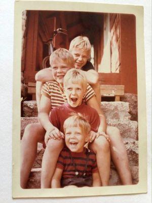Riko Eklundh och hans bröder. 4 blonda pojkar sitter på en trappa.