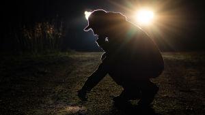 Joonas Mourujärvi tutkii mahdollista karhun jälkeä.