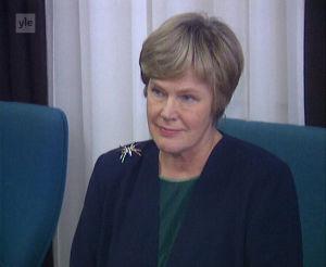 Elisabeth Rehn istuu neuvottelupöydässä.