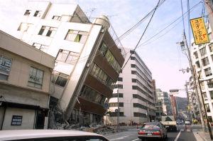 Katunäkymä Japanin Kobesta maanjäristyksen jälkeen, vaurioituneita rakennuksia ja kallellaan oleva kerrostalo.