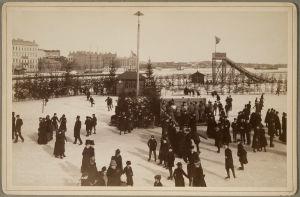 Skridskoåkare fotograferade i Norra hamnen i Helsingfors på 1890-talet.