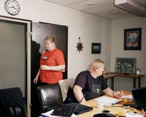 Jaana Vetikko ja Kari Nyberg ennätyskalalautakunnan kokouksessa.