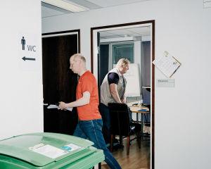 Tapio Gustafsson ja Kari Nyberg pakkaavat tavaroitaan kokouksen päättyessä.