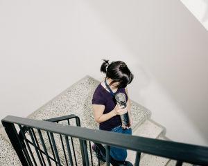 Tutkija Hanna Laakkonen pitää makrillia käsissään ja kuljettaa sitä portaita alas.
