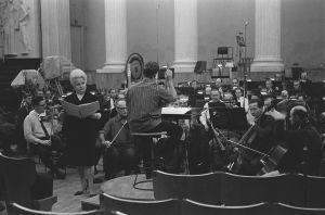 Kapellimesteri Jorma Panula harjoittaa orkesteria yliopiston juhlasalissa Sibeliusviikolla 1965, solistina oopperalaulaja Anita Välkki.