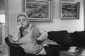 Oopperalaulaja Anita Välkki kotonaan vuonna 1970.