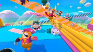 Värikkäät pallerot juoksevat Fall Guys -pelissä.