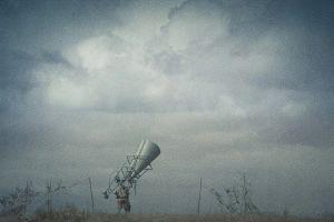 Lentokoneiden paikantamiseen tarkoitettu suuri kuuntelutorvi elokuvassa Venäläinen poika