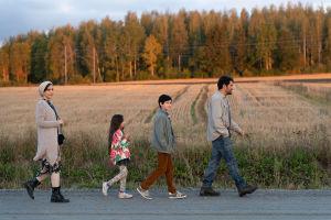Mehdipourin perhe elokuvassa Ensilumi. Kuvassa näyttelijät Shabnam Ghorbani, Kimiya Escandari, Aran-Sina Keshvari, Shahab Hosseini.