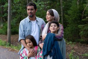 Familjen Mehdipour står i en klunga och väntar på bussen.