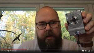 Mikael Hindsberg och en gammal digitalkamera.