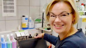 Forskaren Mai Uibu visar sin bärbara dator, den viktigaste delen i laboratoriet vid Tallinns tekniska universitet, där hon jobbar.