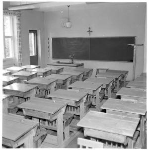 Mustavalkoinen kuva luokkahuoneesta.