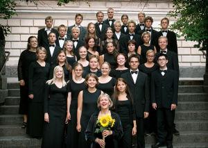 Kuoronjohtaja Marjukka Riihimäki ja Sibelius-lukion kamarikuoro vuonna 2001.