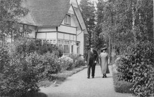 P. E. ja Ellen Svinhufvud Kotkaniemessä talonsa edustalla.