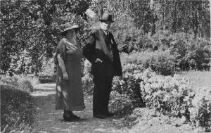 Pres. ja rva Svinhufvud Kotkaniemen puutarhassa.