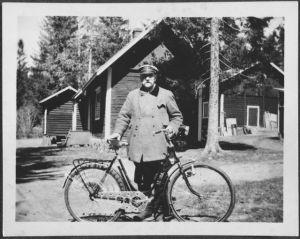 Pres. Svinhufvud poseeraa polkupyörän edessä Kotkaniemessä.