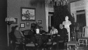 P. E. Svinhufvud ja Ellen Svinhufvud seurueineen Kotkaniemen salissa.