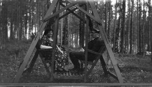 P. E. Svinhufvud ja Ellen Ellen Svinhufvud Kotkaniemen pihakeinussa.