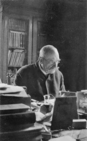 Pres. Svinhufvud työpöytänsä ääressä.