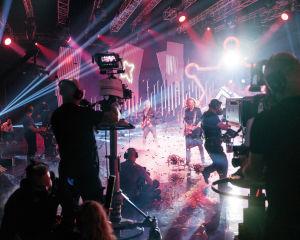 Kamerat kuvaavat Anssi Kelaa, joka esiintyy Possessa konfettisateessa.