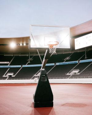 Valaistulla Olympiastadionilla seisoo koripallokori.