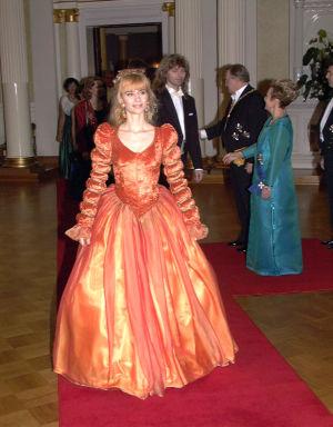Janina Andersson itsenäisyyspäivän vastaanotolla 1997 oranssissa puvussa.