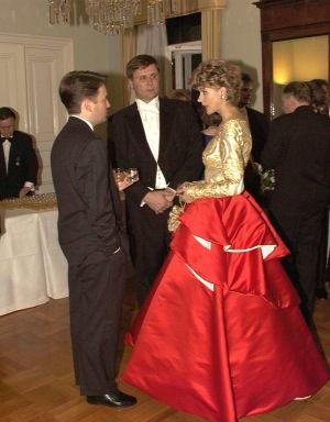 Kaija Pöysti Jukka Rintalan suunnittelemassa mekossa 1996.