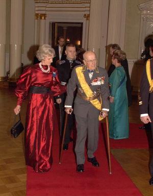 Adolf Ehrnrooth puolisoineen linnan juhlien punaisella matolla vuonna 1997.