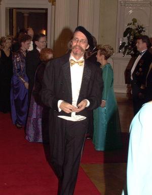 Veltto Virtanen tyyliinsä kuuluva baretti päässään linnan juhlissa 1997.