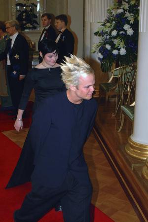 The Rasmus -yhtyeen laulaja Lauri Ylönen ja laulaja Siiri Nordin saapuvat Linnan juhliin vuonna 2001.
