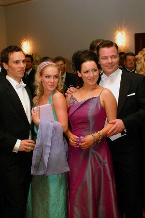Nylon Beat -yhtyeen Jonna ja Erin Linnan juhlissa vuonna 2001. Kuvassa myös Jari Sillanpää.