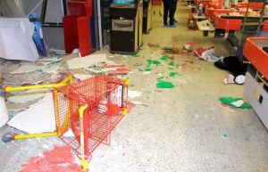 Musta pehmolelupantteri kaupan lattialla Myyrmannin räjähdyksen jälkeen vuonna 2002..